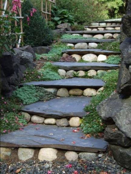 symbool voor inwijding trap met treden van stenen in de natuur
